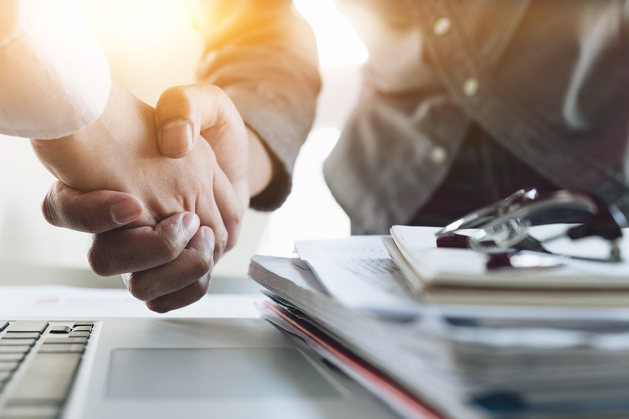 customer shaking hands business deal - Customer Acquisition when Revenue Growth is Stagnant